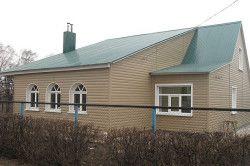 Будинок з дахом, покритої профнастилом