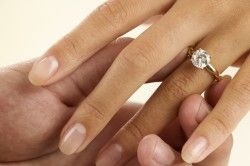 Витончене жіноче обручку з діамантом