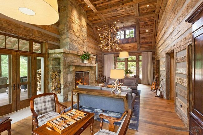 Камін створює незвичайний затишок в інтерєрі деревяної вітальні