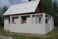 Стіни виготовляють з цегли, шлакоблоку, піноблоку товщиною 20 -25 см з подальшою теплоізоляцією стін за допомогою пінопласту або пресованими листами мінеральної вати товщиною 40-50 см з наступною штукатуркою.