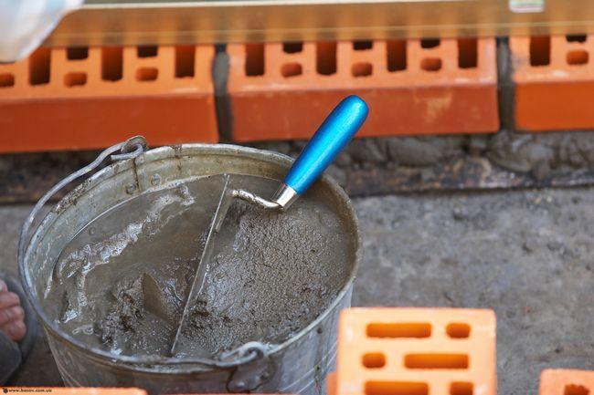 У своєму складі цементний розчин має три основних компоненти: вода, пісок і цемент. Пропорції цементного розчину можуть значно відрізнятися, в залежності від цілей застосування майбутнього розчину.