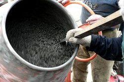 Цемент може мати різну консистенцію (густоту): жорсткий розчин бетону (нагадує вологу землю) зажадає ущільнення з усіліем- пластичний (досить густий і в той же час рухливий) вимагає меншого уплотненія- литий - практично не вимагає ущільнення, рухливий і заповнює форму самопливом.
