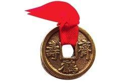Одна монета Фен шуй з червоною ниткою