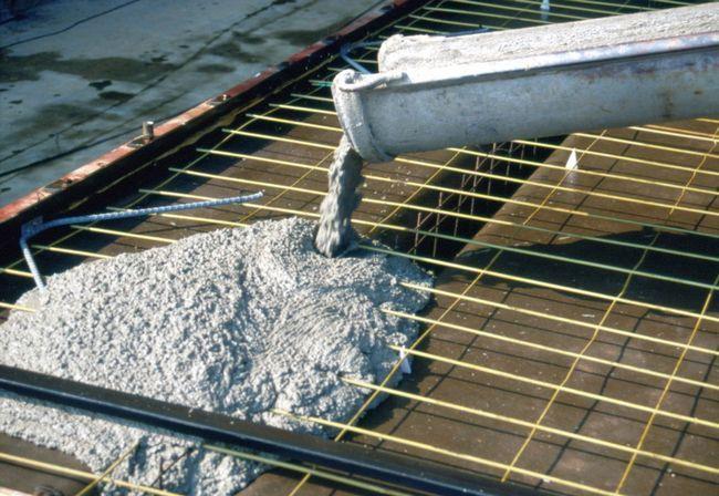 Фото - Приготування цементного розчину для створення фундаменту