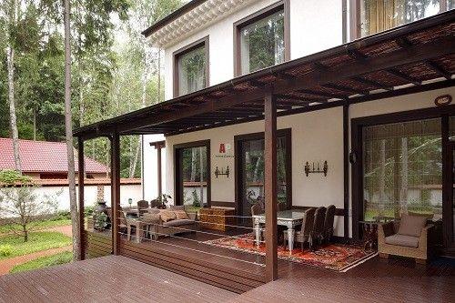 Багато жителів заміських будинків прилаштовують до будинку веранду, тим самим розширюючи житлове приміщення і забезпечуючи собі місце для відпочинку і укриття від дощу або спеки.