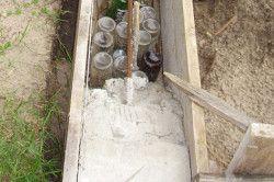 Після того, як вирили траншею, в неї необхідно залити бетонний розчин.