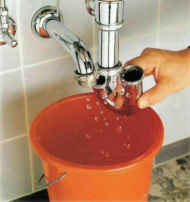 Згодом в сифоні нерозчинні речовини ущільнюються і створюють пробку, непроникну для стоку води.