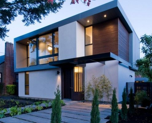 Двоповерховий будинок з великими окнмі