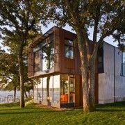 Будова з великими вікнами на тлі зеленого газону