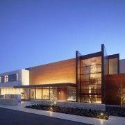 Яскраво освітлене будівлю