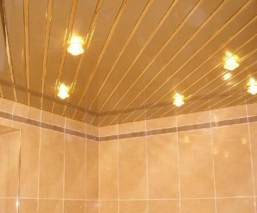 Рейковий стеля у ванній кімнаті фото
