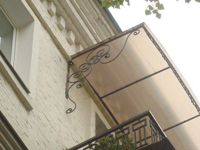 Фото - Рекомендації по установці козирка на балконі