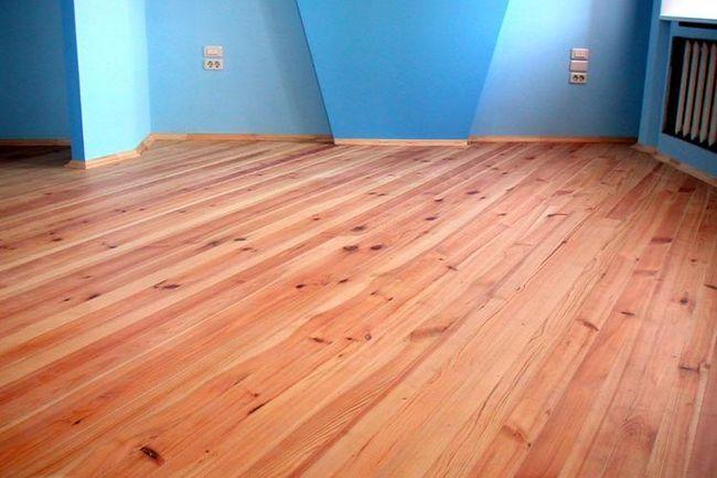 Хол з деревяними підлогами