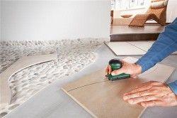 Раскройка плитки для підлоги за допомогою лобзика