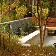 Навіть такий маленький водоспад додасть свіжості вашому двору