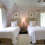 Ніжна спальня в блідо-рожевих з білим фарбах