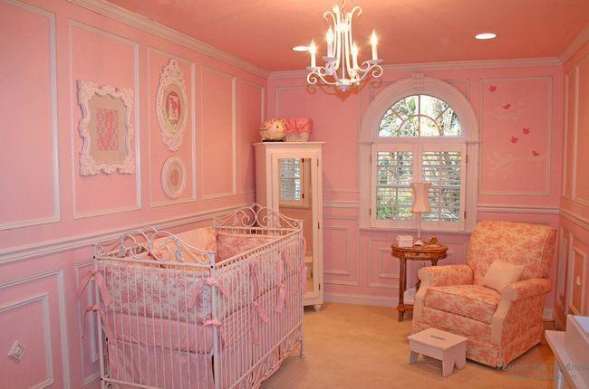Ніжний і теплий рожево-персиковий інтерєр кімнати для новонародженого