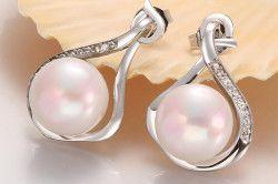 Сережки з білого золота з великим перлами в дизайні краплі