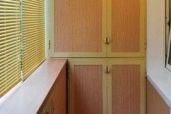 Не варто забувати те, що світло в квартиру потрапляє через балкон, тому шафка не повинен заважати проникненню сонячних променів всередину приміщень.