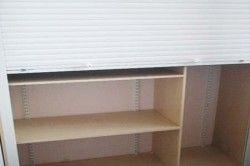 Замість класичних дверцят можна використовувати меблеві рольставні, вони значно економлять місце.