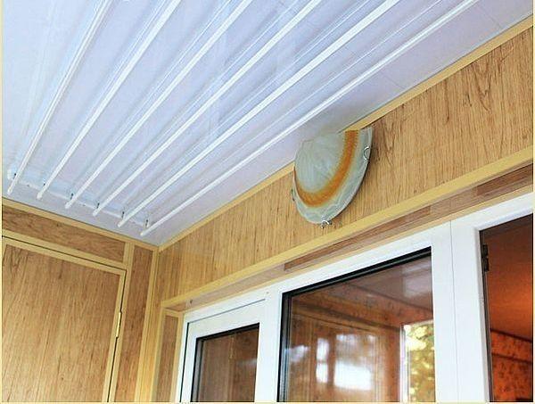 Для раціонального і економного використання балконного простору існує широкий вибір компактних сушильних конструкцій.