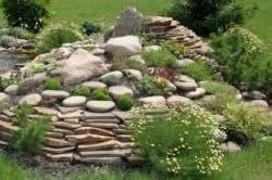 Камяниста гірка в саду