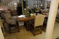 Обідній стіл на кордоні вітальні та кухні