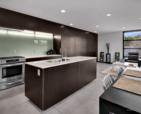 Фото - Скляна кухня: столи, фартух і фасад на фото
