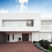 Двоповерховий білий будинок