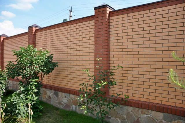 Фото - Будуємо цегляний паркан на бетонному фундаменті