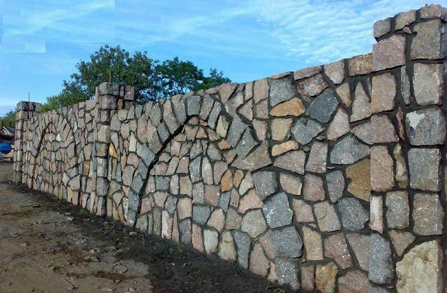 Фото - Будуємо паркан з натурального каменю своїми руками