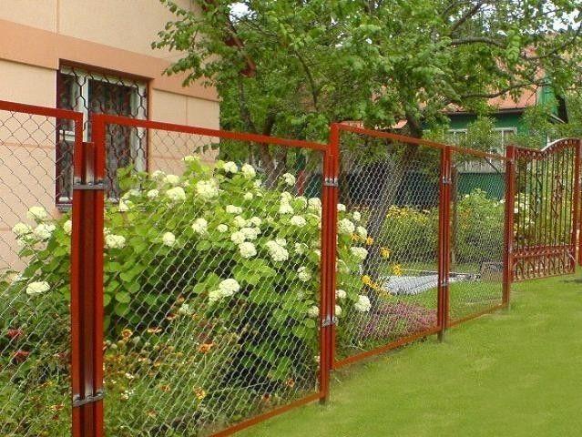Фото - Будуємо паркан із сітки рабиці самостійно