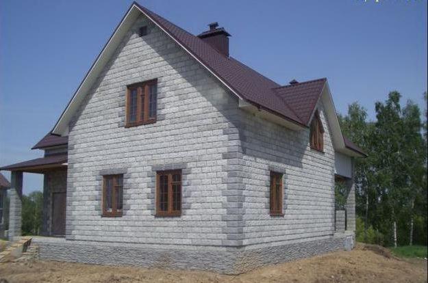 Будинки з піноблоків популярні зважаючи дешевого матеріалу.