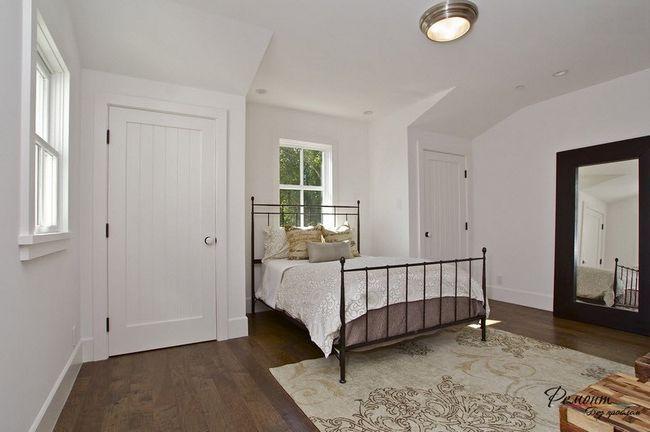 Оригінальна спальня з темним підлогою