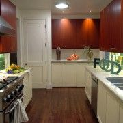 Контрастні шафи на кухні