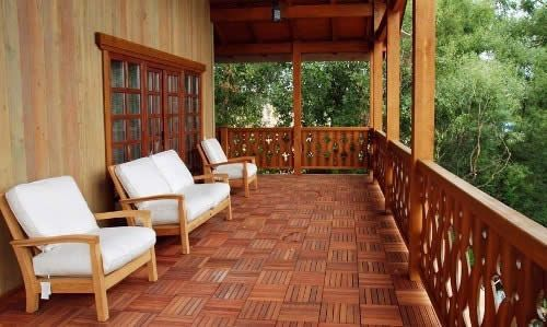 Деревяна тераса в приватному будинку