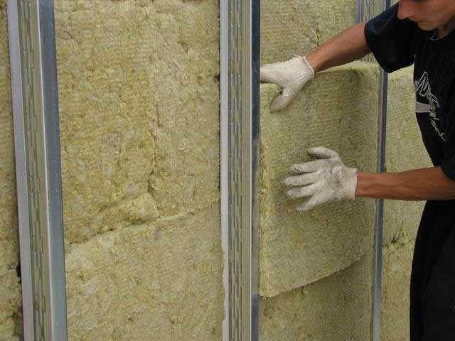 Укладання мінеральної вати в опалубку з металевих напрямних