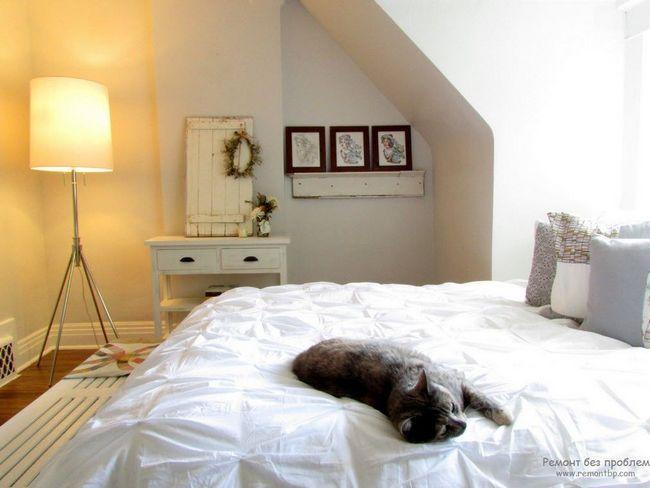 Красива світла спальна кімната