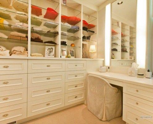 Відкриті полиці для одягу в гардеробній з туалетним столиком