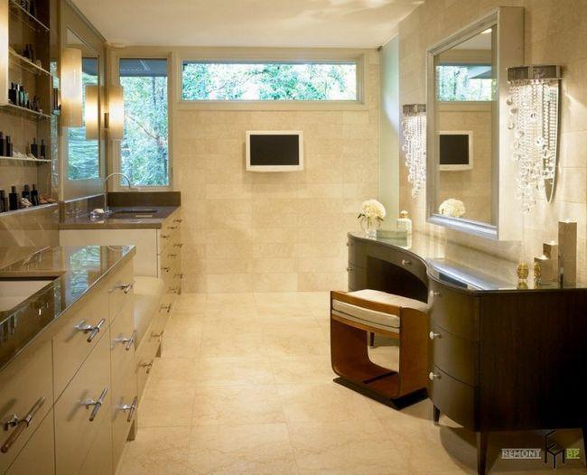 Телевізор на стіні у ванній з туалетним столиком