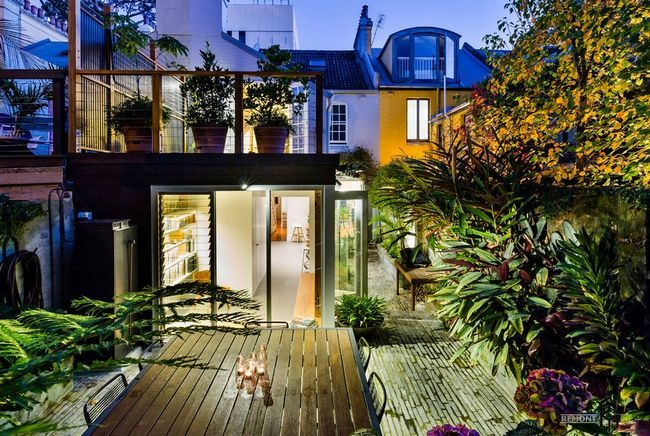 Затишок будиночка з верандою і балконом