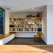 Ніша з книгами і стілець