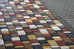 Укладати плитку тротуарну необхідно з урахуванням того, що вона повинна трохи виступати над рівнем грунту - приблизно сантиметра на 3-4.