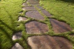 Доріжка з натурального каменю з рядним способом укладання