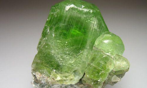 Необроблений камінь хризоліт