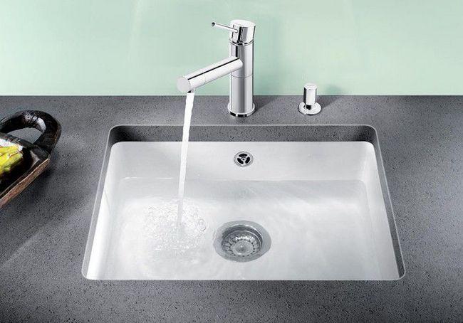 Фото - Установка сучасної керамічної мийки до стільниці