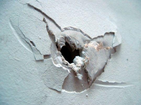 Фото - Усунення діри в гіпсокартонної стіні