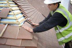 Якщо текти сталася в даху з черепиці, то можна просто замінити пошкоджені елементи.