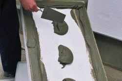 Нанесення клею на плиту