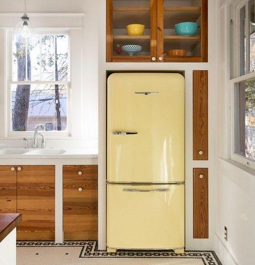 дизайн маленької кухні з холодильником